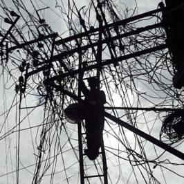 Groviglio elettrico - Un operaio alle prese con una matassa di cavi su una linea elettrica nella città indiana di Allahabad (Rajesh Kumar Singh/Ap)