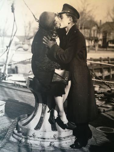 i marinai baciano e se ne vanno