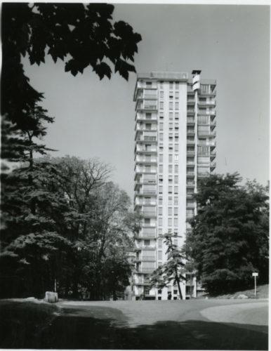 Paolo Monti: Italiano: Milano. Architetto Vico Magistretti (e Franco Longoni), Palazzo residenziale a torre (Torre del Parco) in Via Revere.